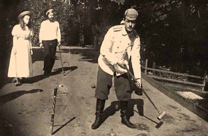 Великий князь Михаил Александрович и его сестра великая княжна Ольга Александровна играют в крокет