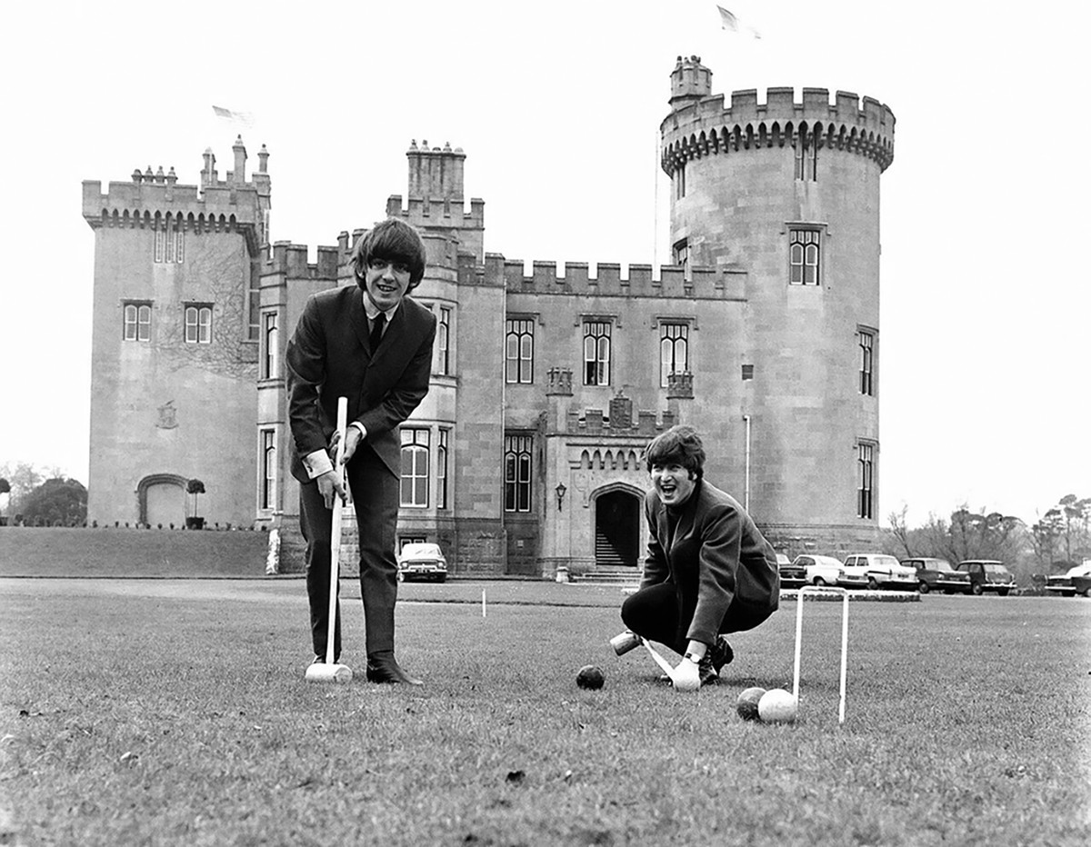 Джордж Харрисон и Джон Леннон в замке Дромоленд (графство Клэр) в марте 1964 года