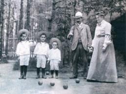 Семья Бенуа-Леви играет в крокет