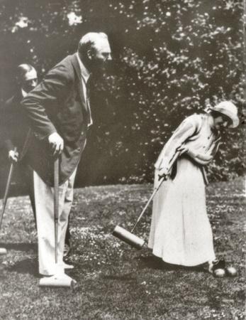 Анна Павлова и Федор Шаляпин играют в крокет, Франция 1925 г.