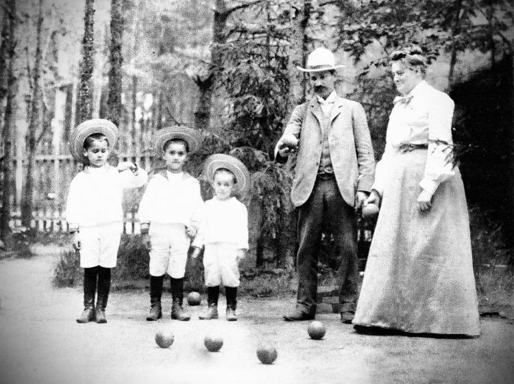 Семья Бенуа-Леви играет в крокет: Александр, Евгений и Франсуа с родителями (Зигфридом Леви и Кларой Алисой Бенуа), 1903 год.