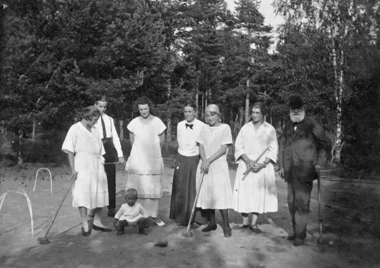 Иван Петрович Павлов (крайний справа) играет в крокет