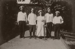 Великий князь Михаил Александрович и его сестра Великая княжна Ольга Александровна с матросами