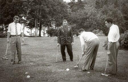 Ю.А. Гагарин на ферме Сайруса Итона (Канада) за игрой в крокет, 1961 год